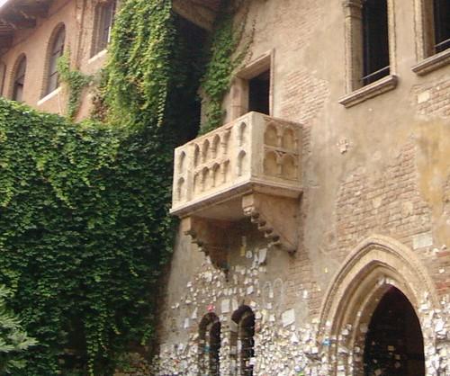 Juliet's balcony in Verona. Image courtesy of Uwe Hermann |Wikimedia Commons